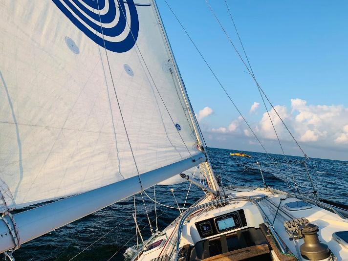 Może być zdjęciem przedstawiającym wyścigi łodzi, żaglówka i na świeżym powietrzu